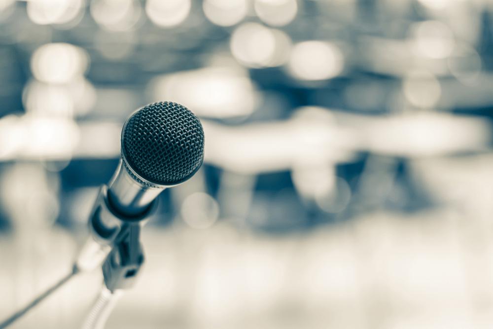 Mikrofon keynote speaker. Coaching public speaking. Foredragsholder. Stemmetræner Klaus Møller.