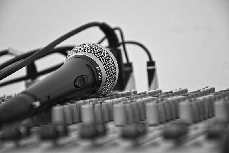 Mikrofon. Sang uddannelse. Sangtræning, sangøvelser og sangteknik v. Klaus Møller. Voicestudio.dk