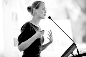 Kvinde på talerstol - stemmetræning v. stemmecoach Klaus Møller
